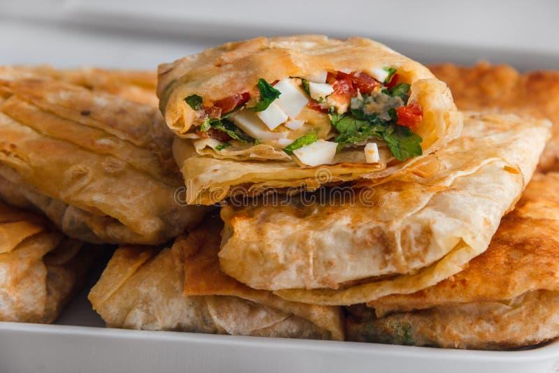 从乳酪、荷兰芹、鸡蛋和蕃茄的三明治在亚美尼亚皮塔饼面包 免版税库存照片