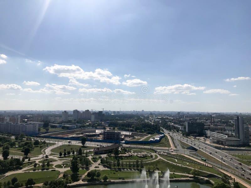从了不起的高度的全景在有许多路和高层建筑物的,大厦一个美丽的绿色城市 城市的视图 库存图片