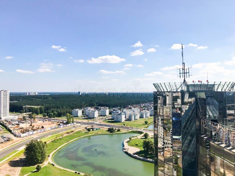 从了不起的高度的全景在美好的资本、一个城市有许多路的和高层建筑物 免版税图库摄影