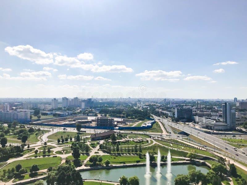 从了不起的高度的全景在美好的资本、一个城市有许多路的和高层建筑物 免版税库存照片