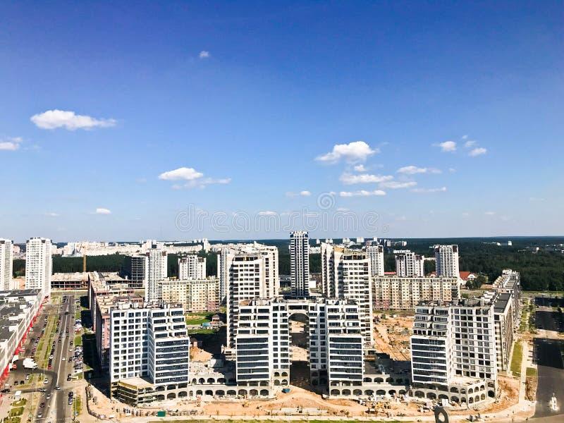 从了不起的高度的全景在美好的资本、一个城市有许多路的和高层建筑物 库存照片