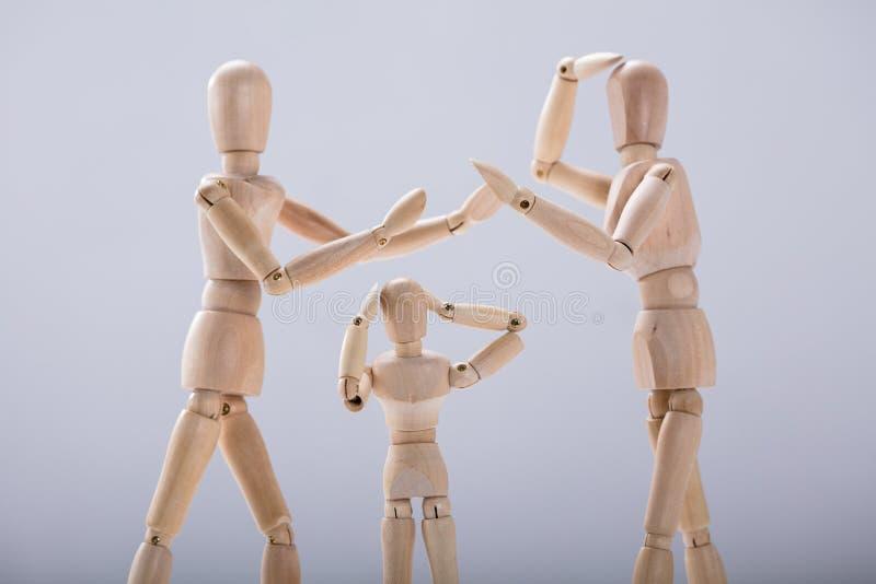 从争吵的儿童假的痛苦在父母之间 免版税库存照片