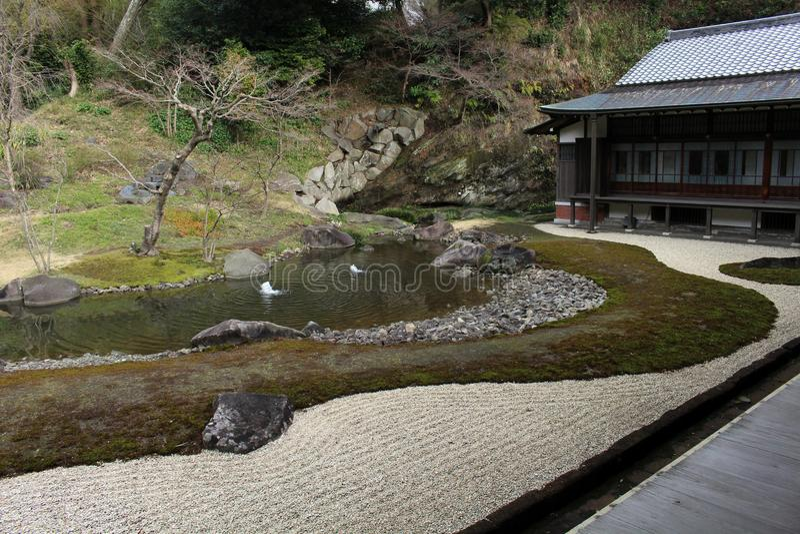 从事园艺在` Engakuji禅宗寺庙`复合体 五个伟大的禅宗寺庙Gozan之一 免版税库存图片