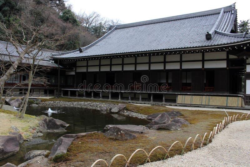 从事园艺在` Engakuji禅宗寺庙`复合体 五个伟大的禅宗寺庙Gozan之一 库存图片