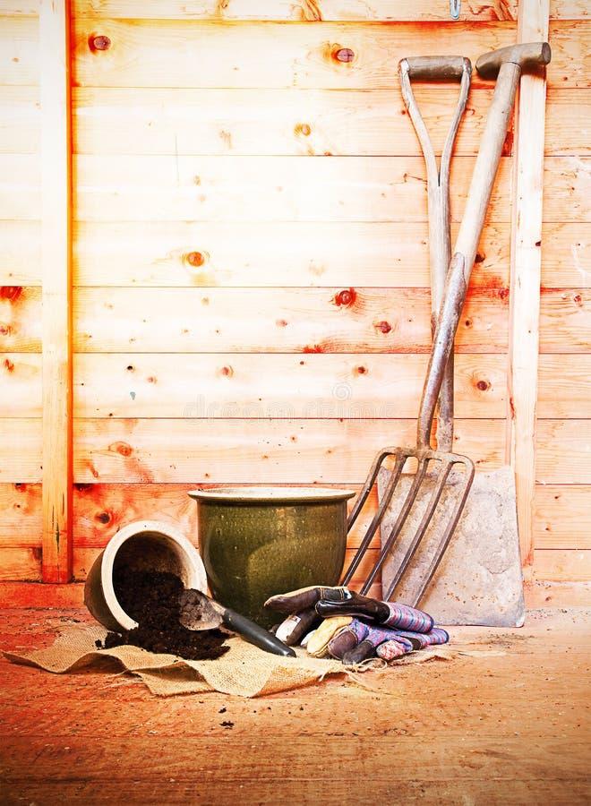 从事园艺的流洒的工具 免版税库存照片