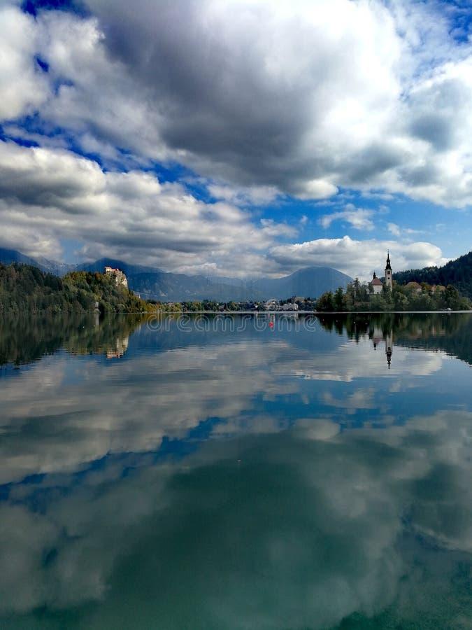 从云彩的反射光,对水的镜子作用 免版税库存照片
