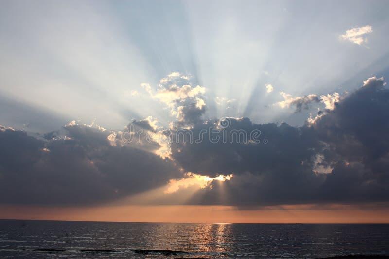 从云彩的太阳光芒在日落 库存照片
