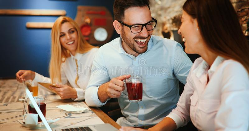 从交往在餐馆的工作的愉快的同事 免版税图库摄影