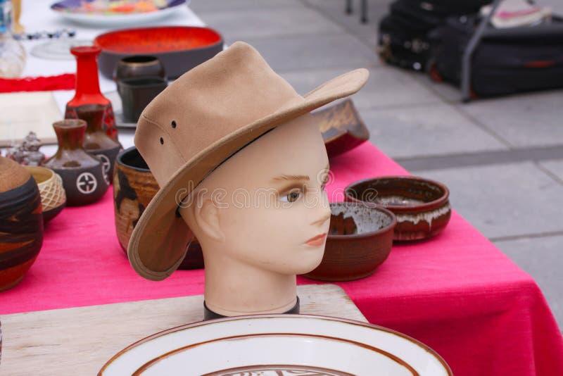 从人们卖并且买使用的玩具、衣裳、图片、厨房商品和其他葡萄酒事的跳蚤市场的场面 免版税库存照片