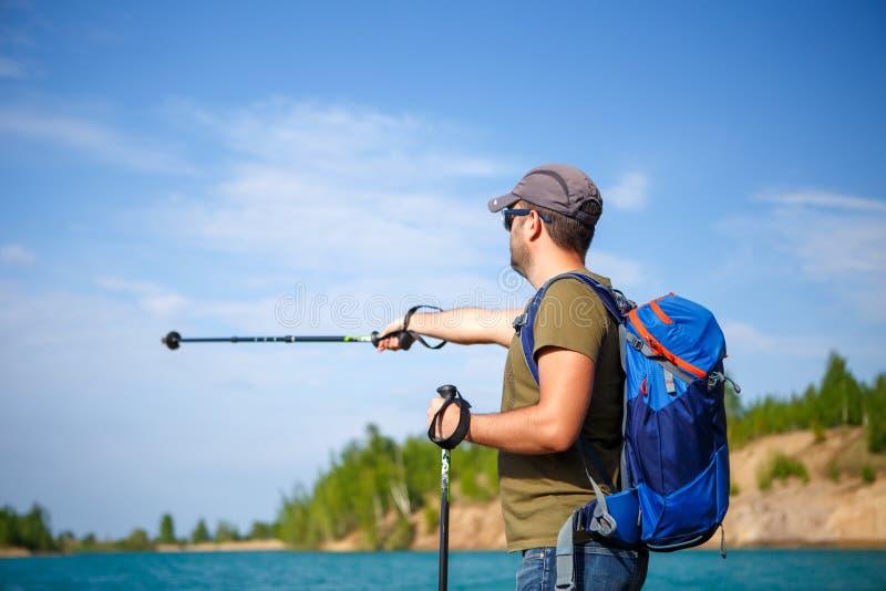 从今后指向与在小山的拐杖的旅游` s人后面的照片  免版税库存照片