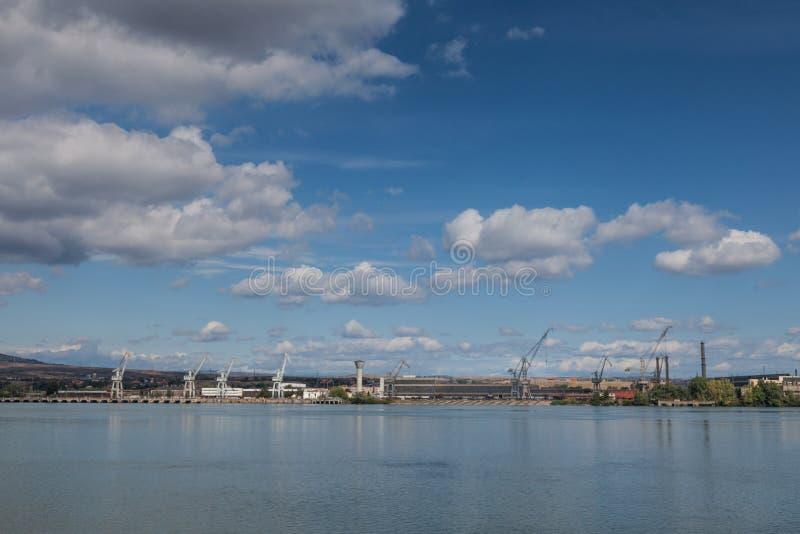 从从多瑙河的另一边采取的Drobeta Turnu Severin罗马尼亚造船厂的起重机 库存照片