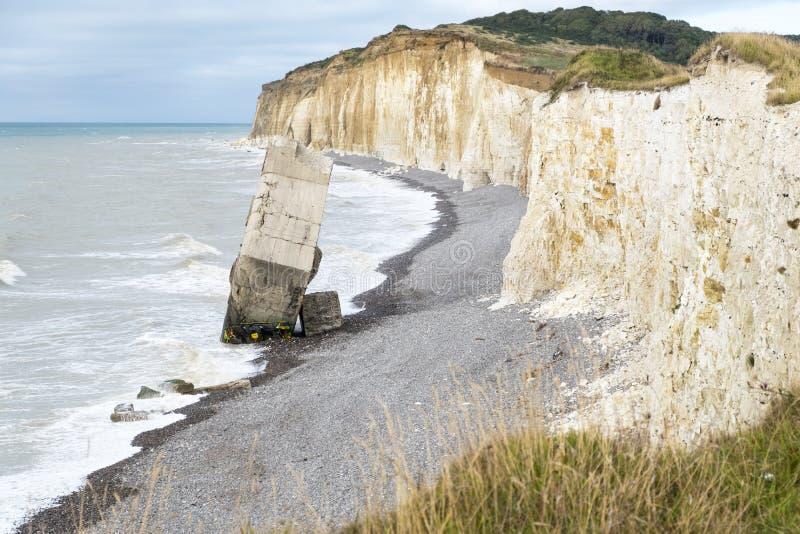 从从第二次世界大战的峭壁德国具体地堡下落的在Sainte延命菊苏尔梅尔海滩,法国 免版税图库摄影