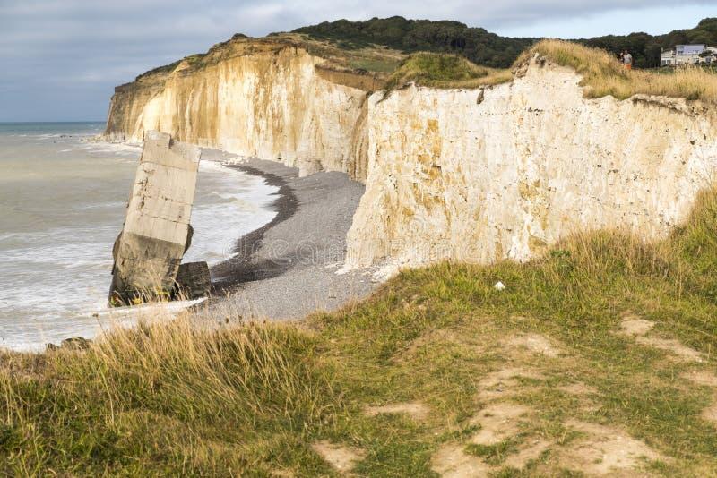 从从第二次世界大战的峭壁德国具体地堡下落的在Sainte延命菊苏尔梅尔海滩,法国 免版税库存照片