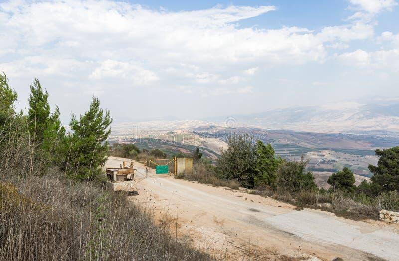 从以色列Misgav Am村附近的Bania观察台到上加利利、戈兰高地和山谷的山谷全景 库存照片