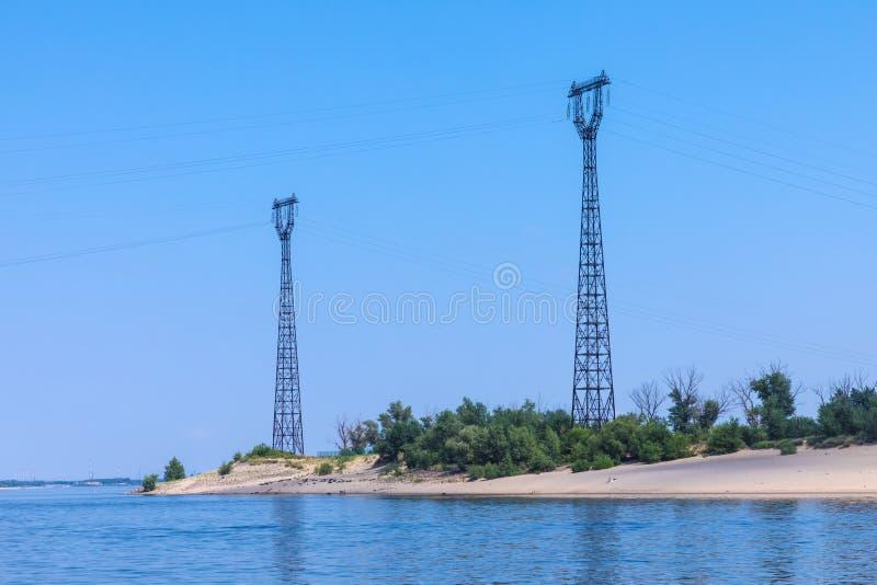 从伏尔加河的看法在沙子河边区的Volgogad市附近与传输输电线或电送电线 免版税库存图片