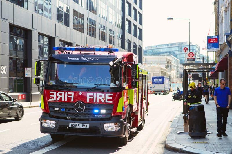 从伦敦消防队res的紧急情况服务消防队员 免版税图库摄影