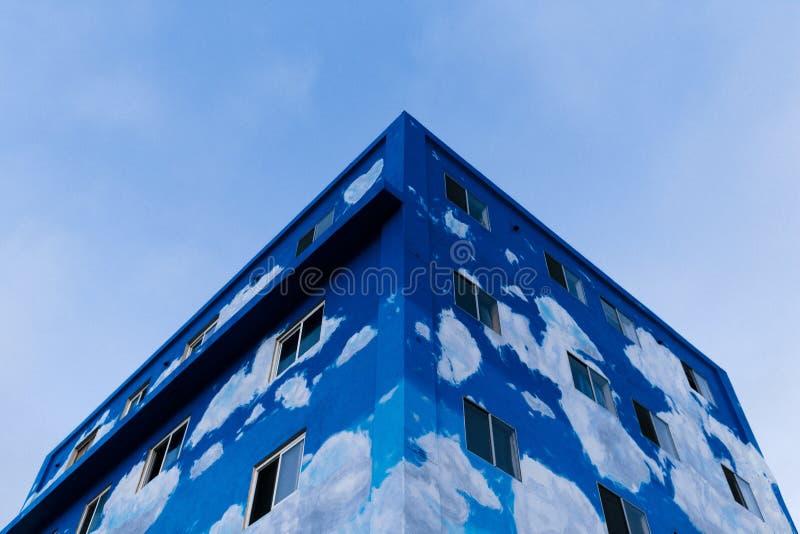 从低角度的半完成蓝色修造的射击 免版税库存图片