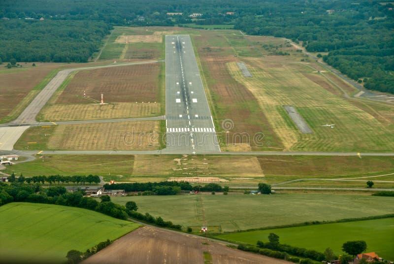 从体育飞机的驾驶舱的看法对机场的跑道的 免版税库存图片