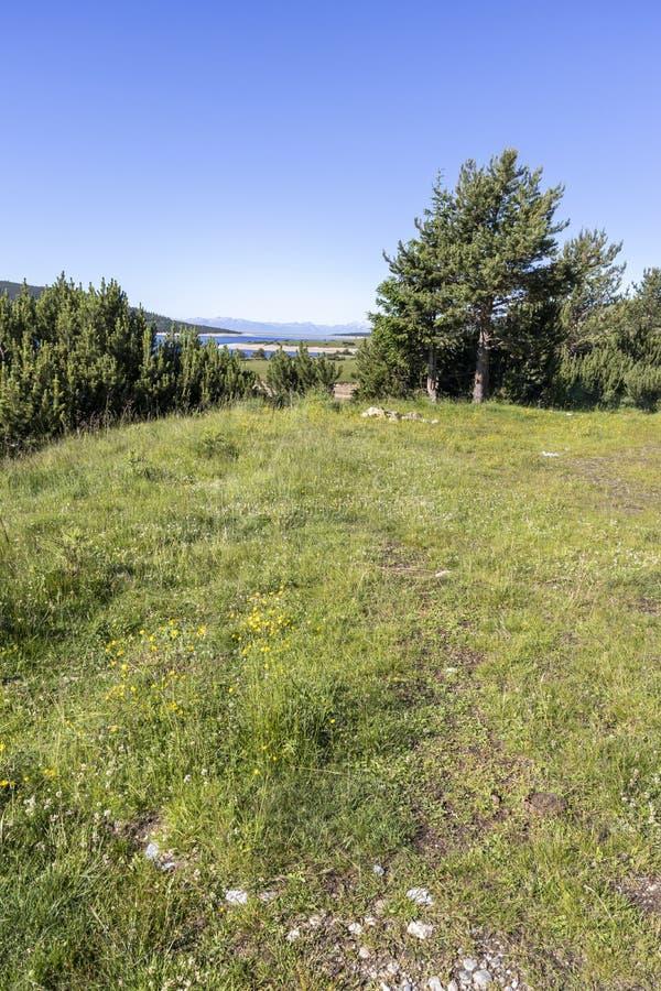 从供徒步旅行的小道的风景到Belmeken峰顶,里拉山脉山 图库摄影