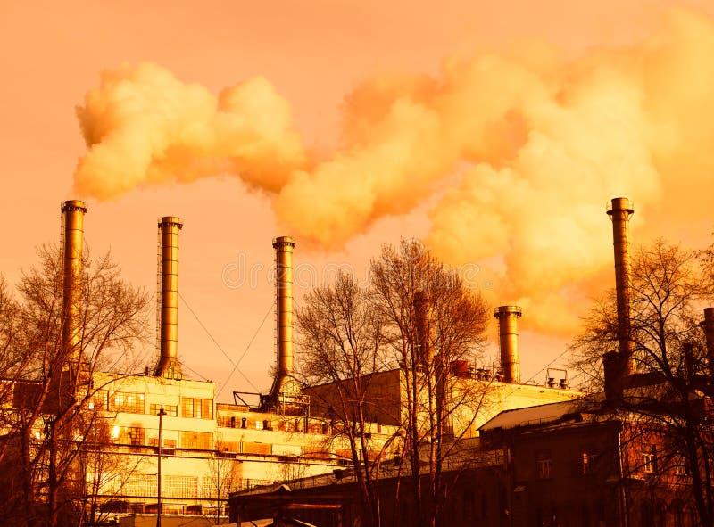 从供暖设备烟囱的烟毒害大气背景 库存照片