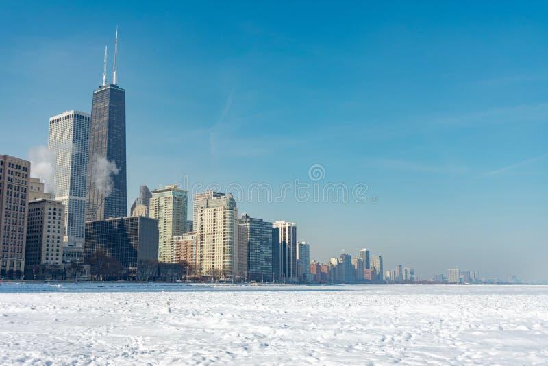 从俄亥俄与密执安湖的街海滩看的芝加哥地平线在雪和冰包括在一个极性漩涡以后 库存图片