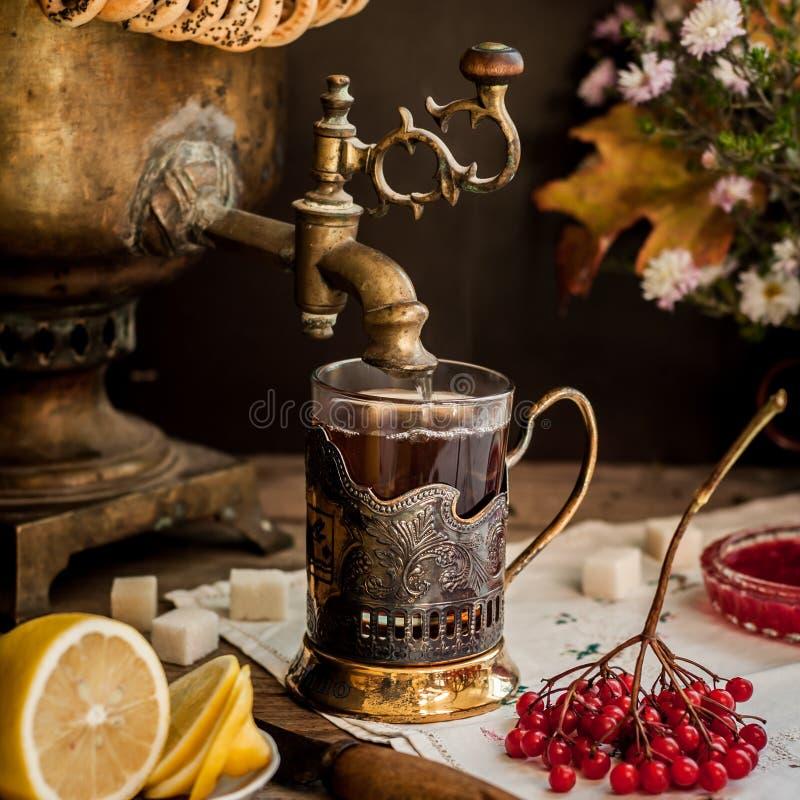 从俄国式茶炊的茶 免版税库存图片
