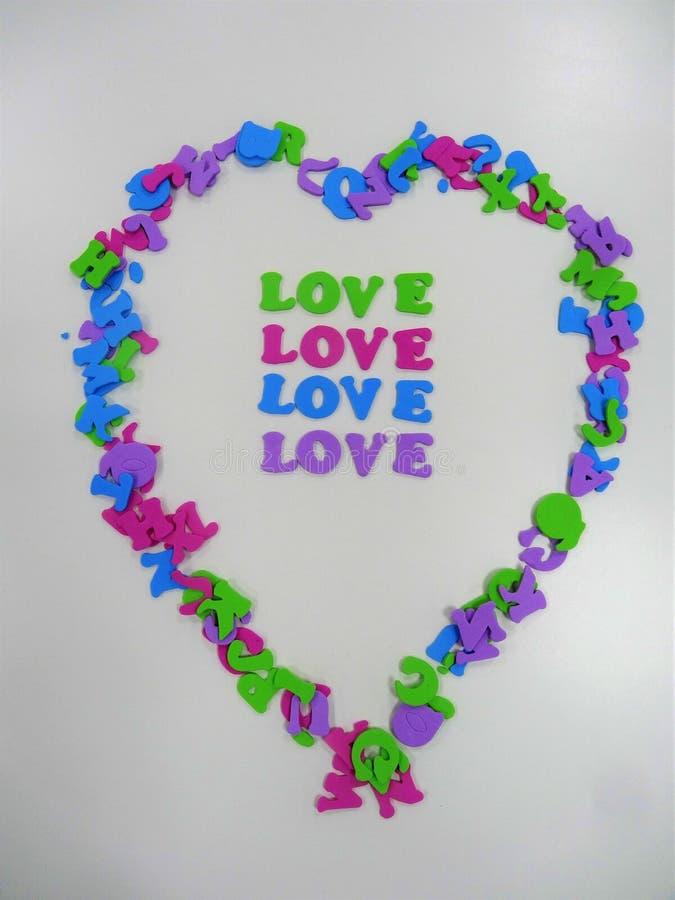 从信件空间的心脏形状写的爱消息 免版税库存图片