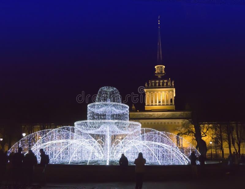 从光亮的火的喷泉在海军部前面的正方形在新年` s伊芙 圣彼德堡 俄国 免版税库存图片