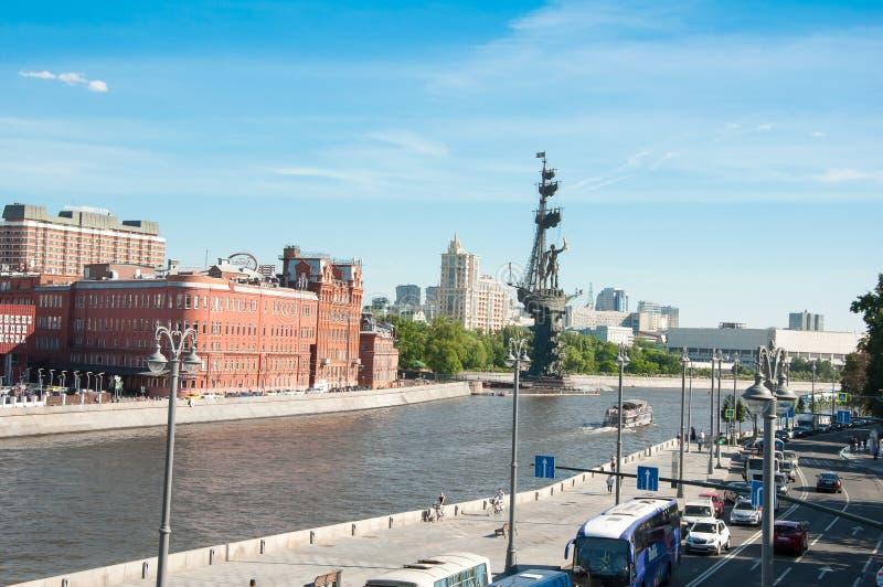 从克里姆林宫Embankmentin,在街道上的交通的Prechistenskaya Naberezhnaya 免版税库存图片