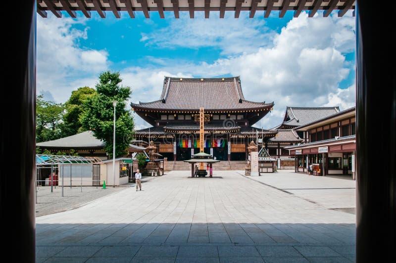 从入口门, Kawasa的川崎大士寺庙主要大厅视图 库存图片