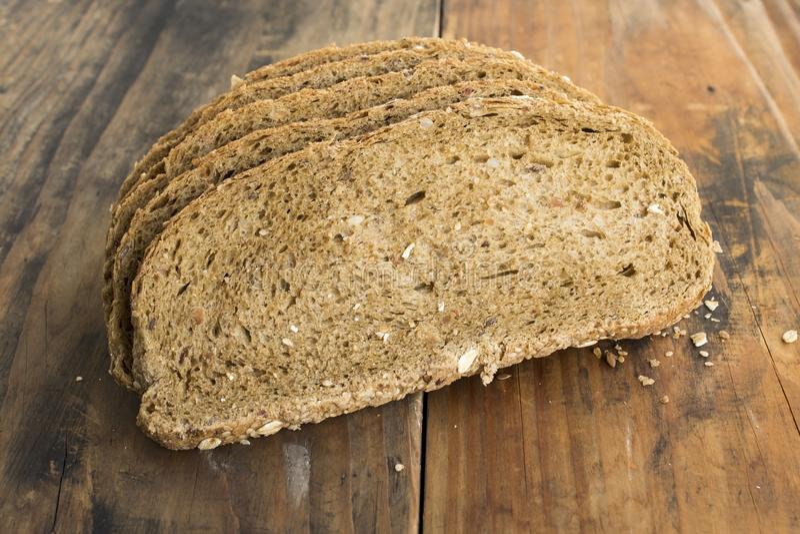 从全麦、拉伊和亚麻籽的整粒面包 库存照片