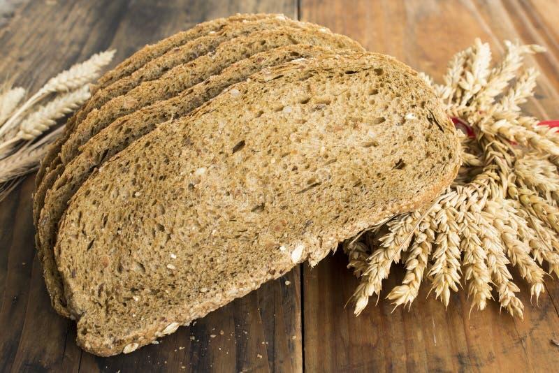 从全麦、拉伊和亚麻籽的整粒面包 库存图片