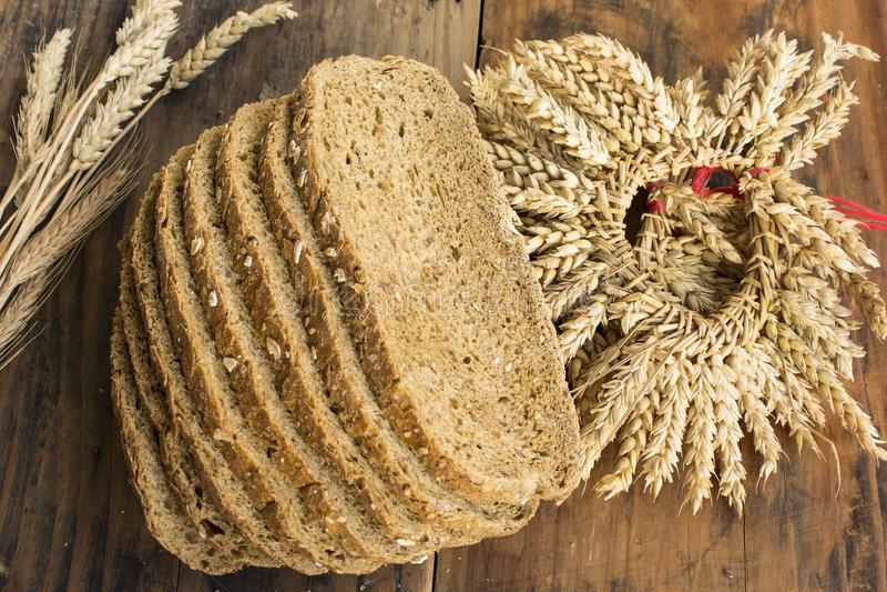 从全麦、拉伊和亚麻籽的整粒面包 免版税库存图片