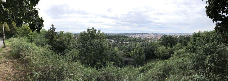 从公园的布拉格8 Kobylisy视图 免版税库存图片