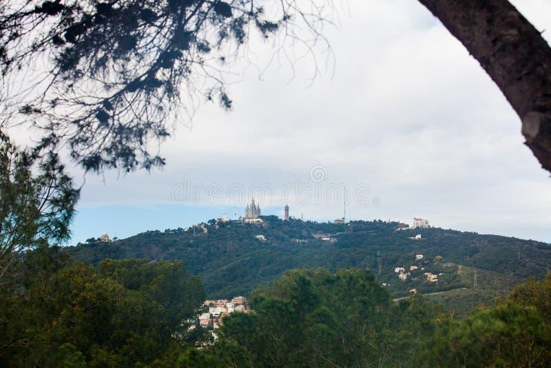 从公园看见的Tibidabo山Guell 免版税图库摄影