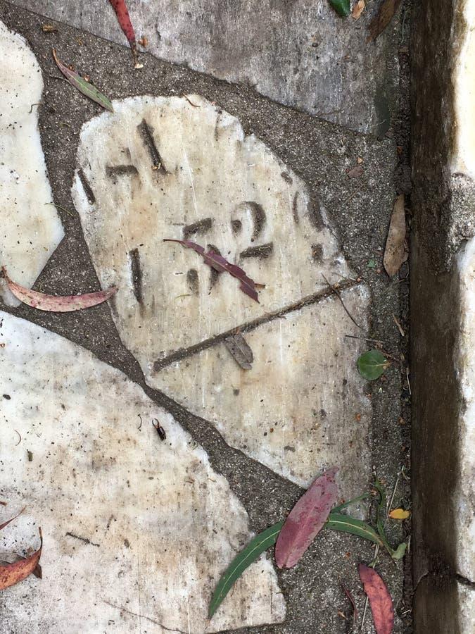从公墓墓碑修剪的花园铺路石, 24 免版税库存图片