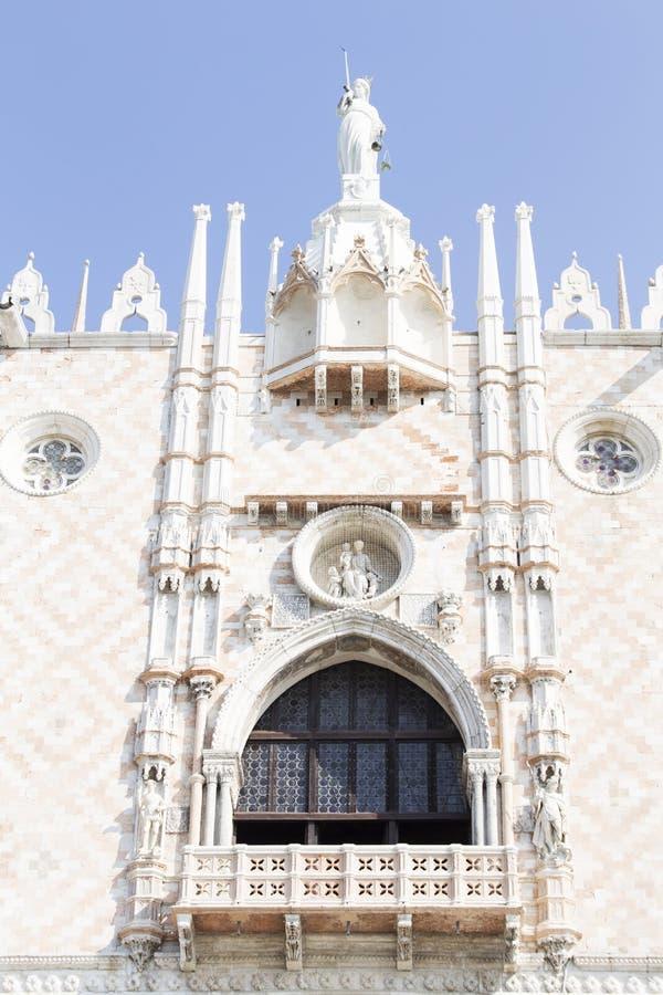从共和国总督的palaceon的建筑装饰圣马克的广场在威尼斯 库存照片