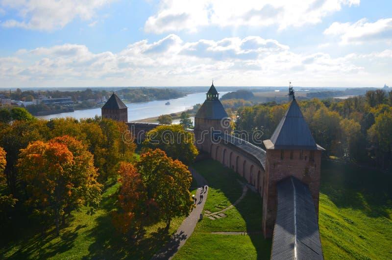 从其中一个的顶视图克里姆林宫的塔在Veliky诺夫哥罗德州晴朗的秋天天,俄罗斯 免版税库存照片