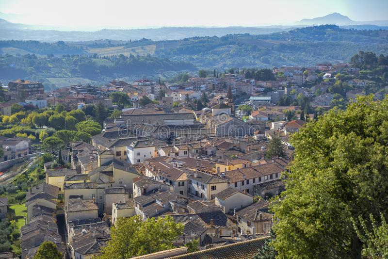从典型意大利中世纪村庄的看法 与屋顶的农村场面 库存照片