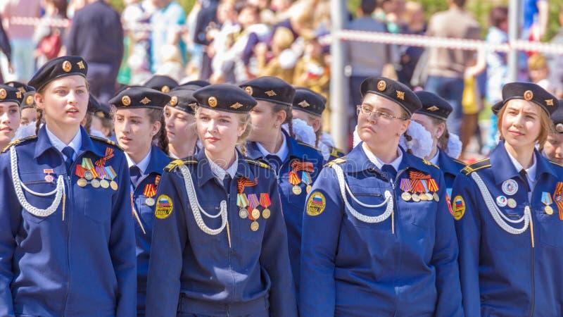 从军校学生学校的女孩游行的 免版税库存照片