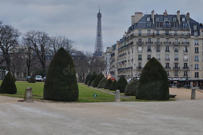 从军队博物馆'荣军院的'埃菲尔铁塔,巴黎,法国 免版税图库摄影
