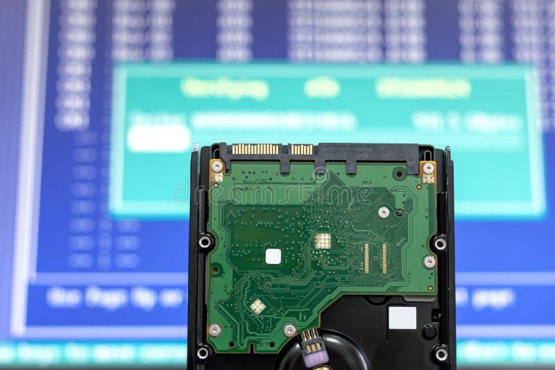 从列阵的硬盘在服务器云彩设备 核实的和修复数据信息 计算机从损失的补救数据 图库摄影