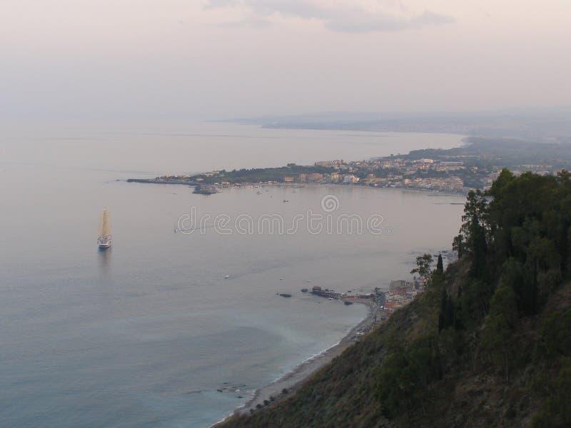 从加尔迪尼德拉别墅Comunale市公园的西西里岛陶尔米纳视图 免版税库存照片