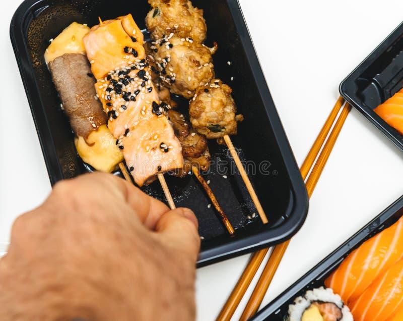 从包含su的日本餐馆的家庭交付塑料盒 免版税库存图片