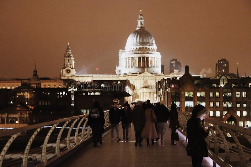 从千年桥梁在夜之前,伦敦,英国英国的圣保罗大教堂 免版税库存照片