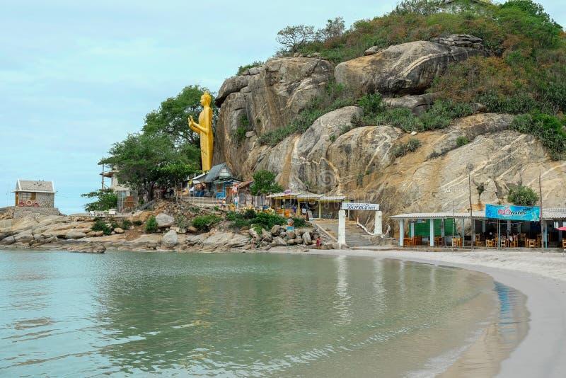 从华欣海湾的看法到在Takiab小山猴子山的站立的金子菩萨在佛教寺庙Wat Khao Takiap附近与 免版税库存图片