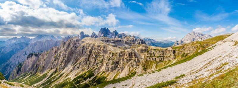 从南侧Tre Cime di Lavaredo的全景在白云岩南提洛尔-意大利 库存图片