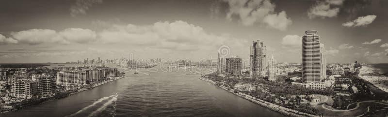 从南Pointe,空中全景的迈阿密海滩和城市地平线 免版税库存照片