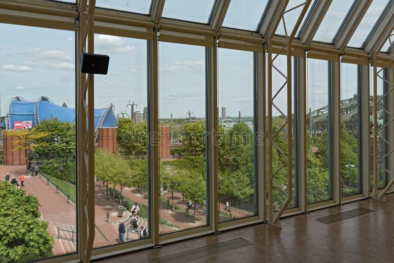 从博物馆路德维希的看法海因里奇boell正方形的hohenzollernbruecke,科隆香水,德国 免版税图库摄影