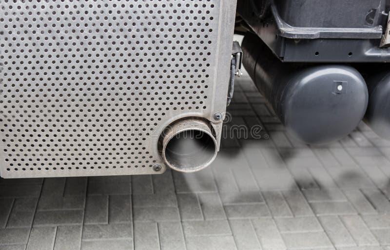 从卡车的排气管抽烟 库存图片
